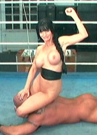 Homme nue femme lutte