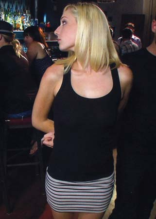 Hot blonde disgraced in bar - Jeune femme humiliée en public