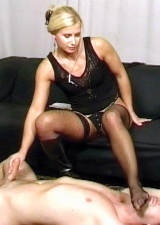 Esclave lèche ses pieds à la maîtresse