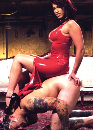 Red hot wet tease - Ma�tresse Nicki s'empale sur un p�nis