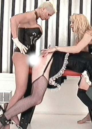 Strap-on toilet slave - 2 super Ma�tresses et 1 homme-soubrette