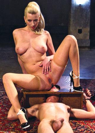Maitresse oblige son esclave sexuel lui bouffer sa