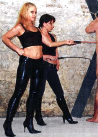 Whipping after caning - Homme fouetté par 3 jeunes Maîtresses SM